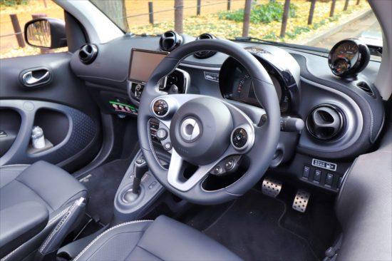 ハンドルも「スマート ブラバス カブリオ Xc」専用のスポーティーなデザイン。パドルシフトも装着されている