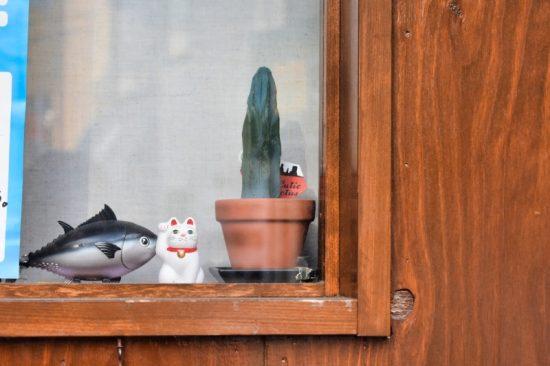 窓際や店先には招き猫が飾られています