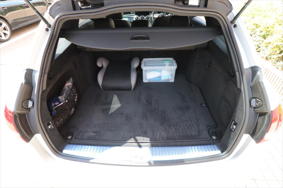 5名乗車時でもこれだけの空間を持つ荷室