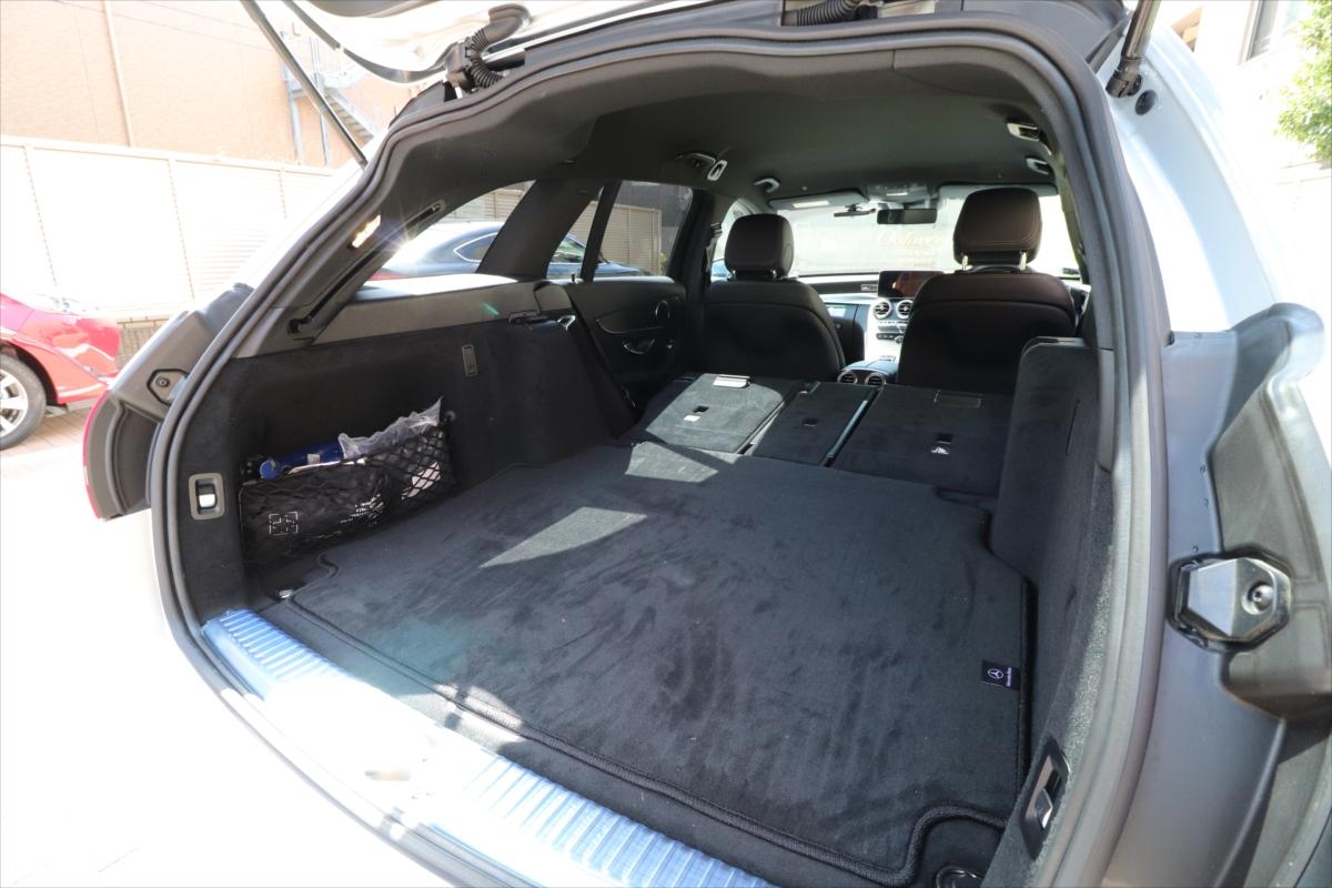 後部座席を倒すとさらに広い空間に。なおシートは、左右にあるシルバーのスイッチで倒す。