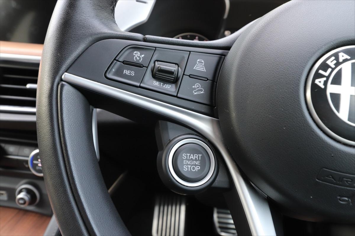 「START STOP」のボタンがエンジンをかけるボタン