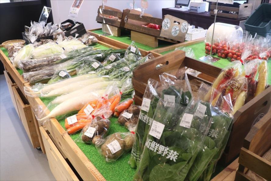 近隣農家から仕入れた製造者名入りの新鮮野菜なども販売されている