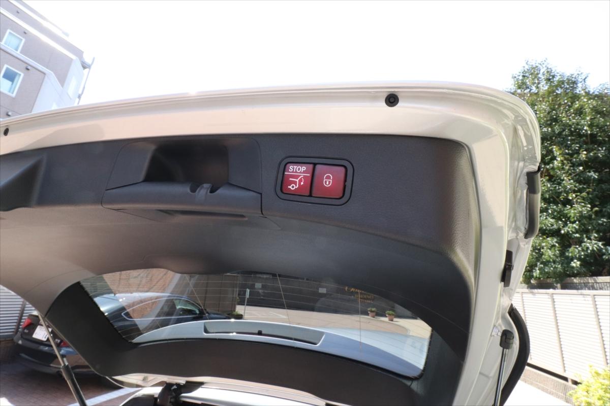 テールゲートは電動式。閉めるときは赤いボタンを操作する。