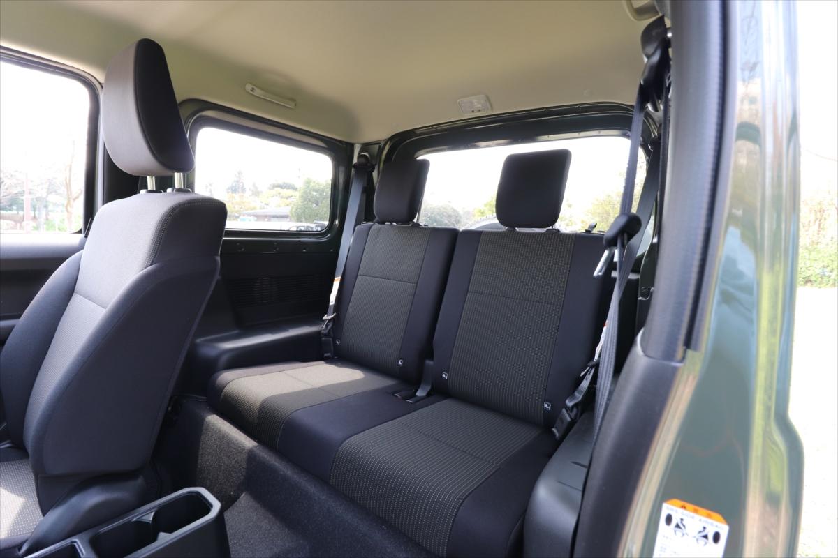 後部座席は2人がけ。左右にはカバンなどちょっとした手荷物が置けるスペースがある