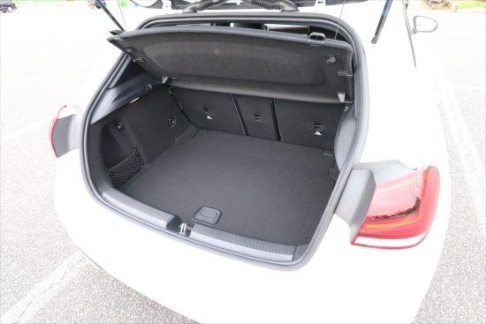 荷室の広さも十分。もちろん後部座席を倒すことで、さらに荷室を拡大することができる