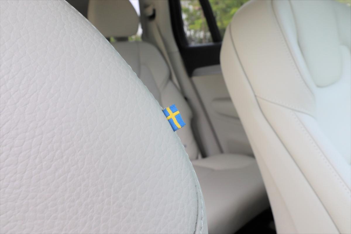運転席についているスウェーデン国旗のタグもお洒落