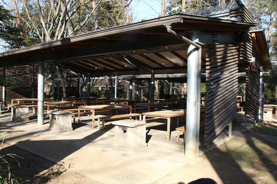 屋根付きのバーベキュー棟は12棟あり、最大1,000人が収容可能。雨の日でも安心