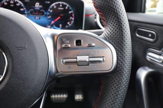 アダプティブクルーズコントロールは左上「LIM」のボタンで起動。「SET」のボタンを操作すると機能がONになる