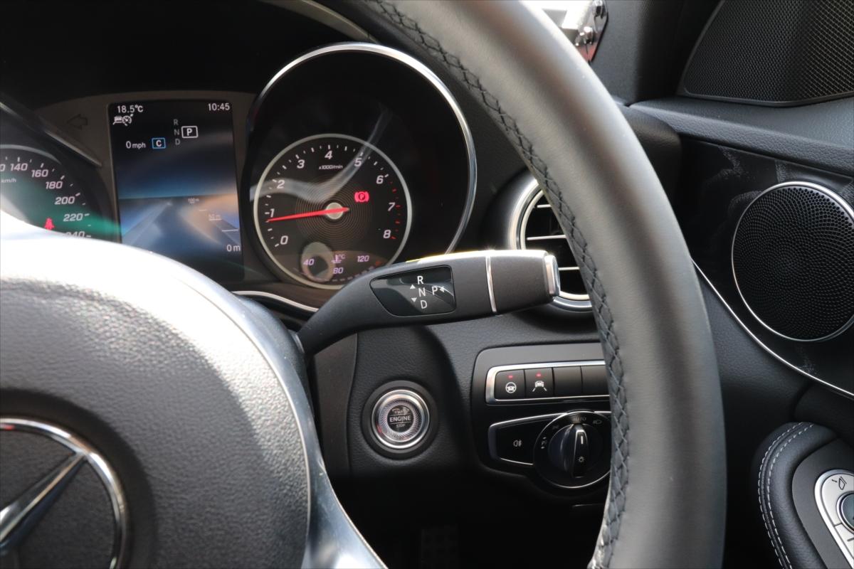 エンジンスタートボタンは右側。シフトレバーはハンドル右のこのレバー