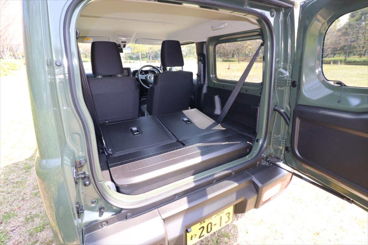 後部座席を倒せば床面がフラットになり、十分な広さを確保できる
