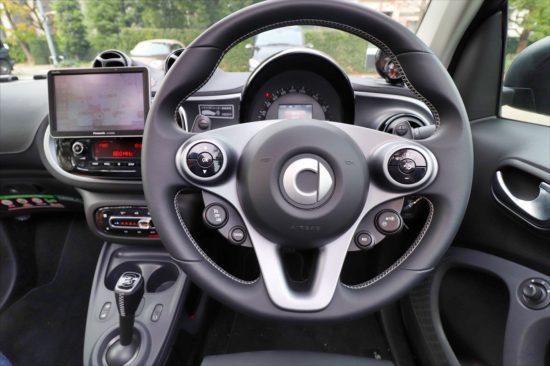 まるでスポーツカーのようにハンドル操作に対して機敏に動く。コーナリングが気持ちい!