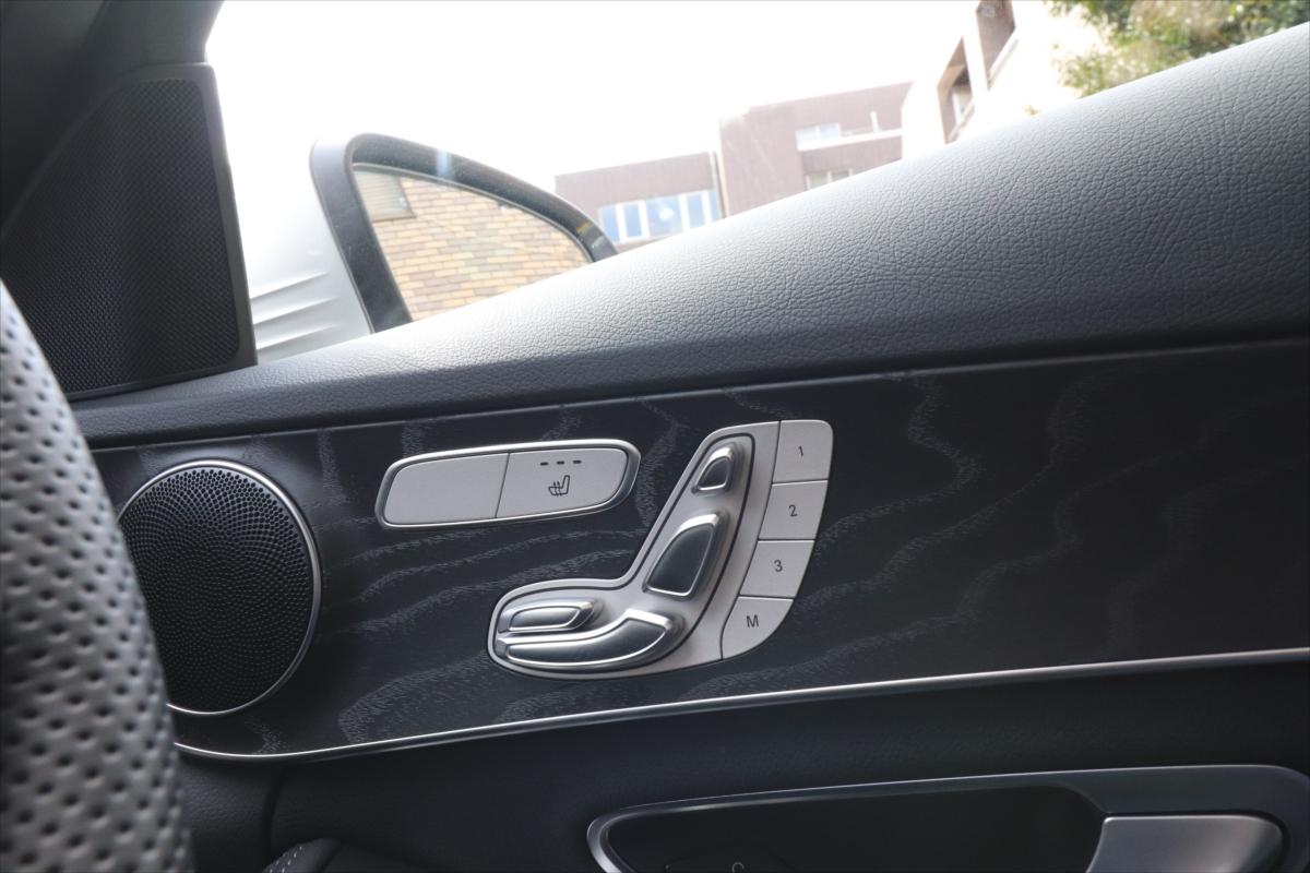 電動調整式のシートは、ドアにあるシートの形をしたスイッチを操作する
