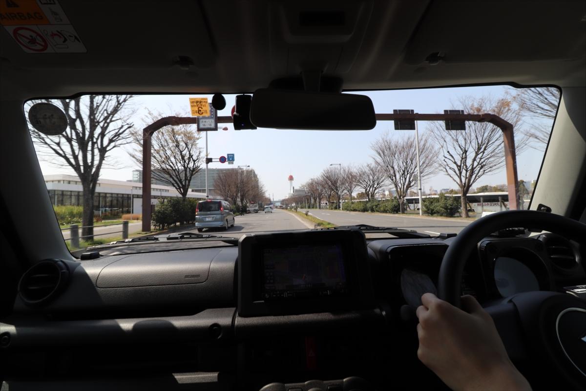 コンパクトで四角く目線も高いため、車両感覚のつかみやすさは抜群