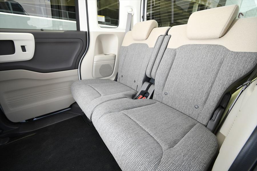 後ろのシートにもアームレストが装備されている。足元空間の広さに注目!