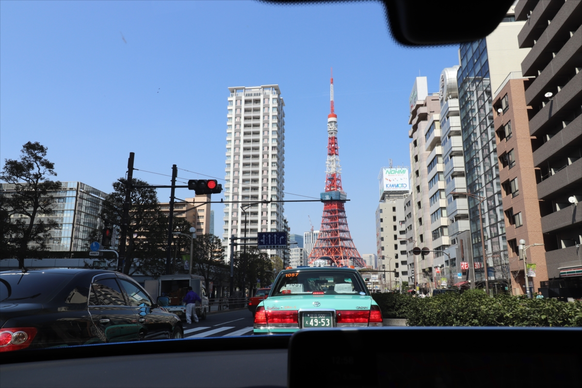 レインボーブリッジを降りて道なりに三田通りを走ると目の前に東京タワーが!