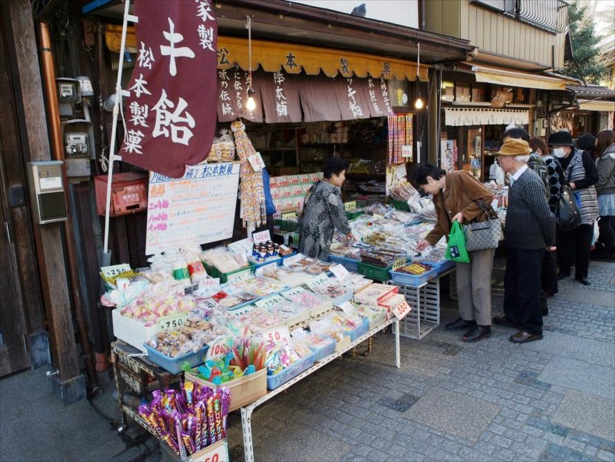 懐かしいお菓子がずらりと並ぶ「川越菓子屋横丁」