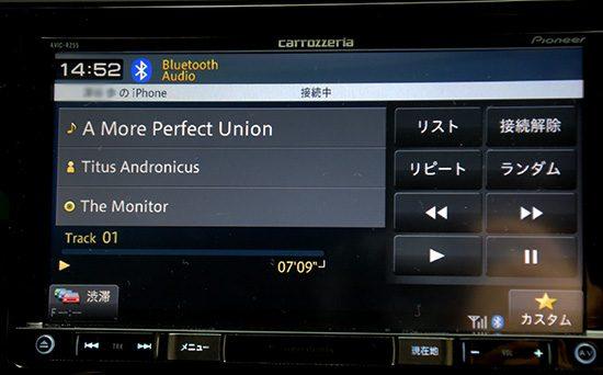 スマートフォンで音楽を再生すると、カーオーディオから音楽が流れる