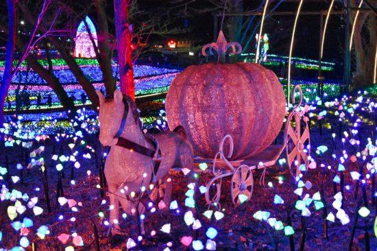 かぼちゃの馬車の周りにはたくさんの宝石