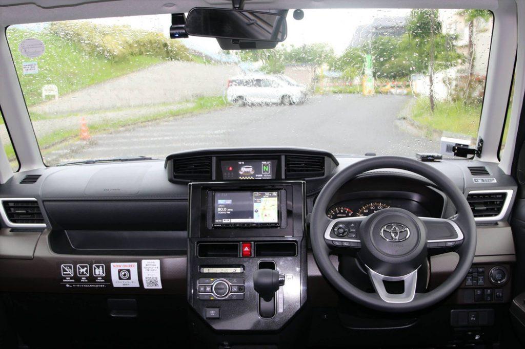 大きな窓で視界の広い運転席まわり。操作性もシンプルで、使いやすさが考え抜かれたレイアウトとなっている