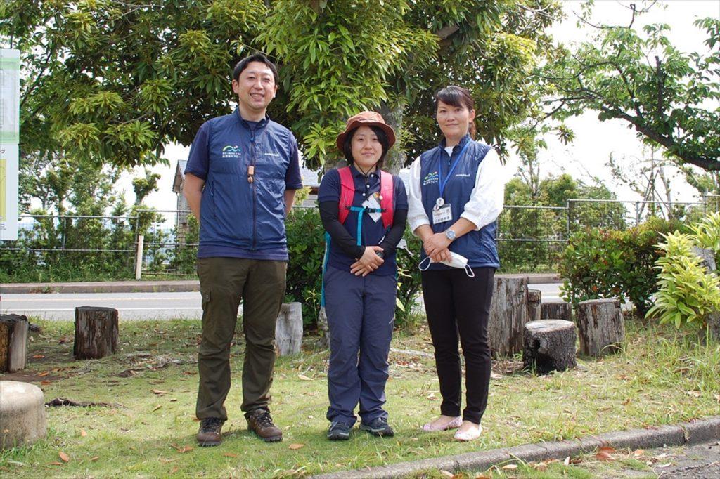 セラピーウォーキングのガイドを務めてくれた、南房総市観光協会の吉田さん(左)、南房総健康ラボの花嶋さん(中央)と三谷さん(右)