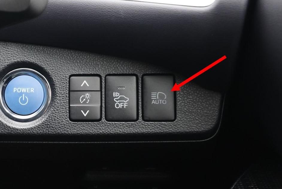 「AUTO」のボタンをONにしておかないと、ハイビームにしても自動切り替えは作動しない(写真はMIRAI)