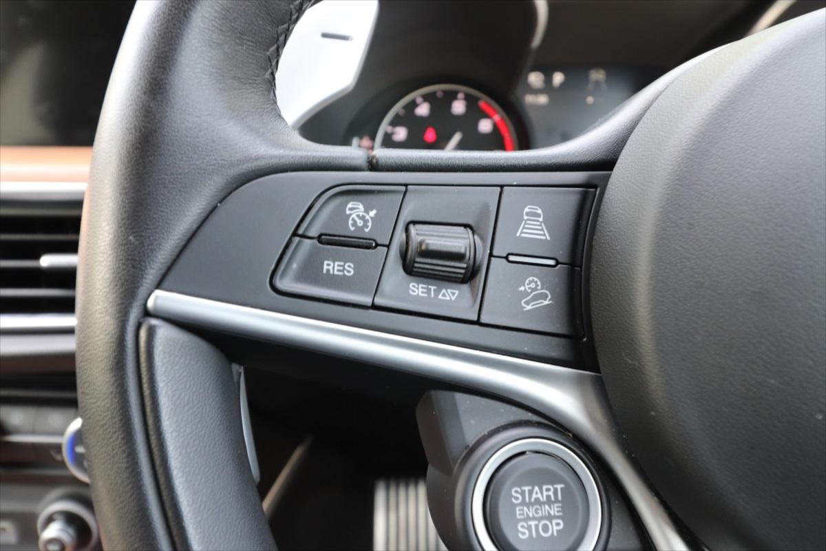 車間距離を調整しながら走行してくれるアダプティブクルーズコントロールも装備
