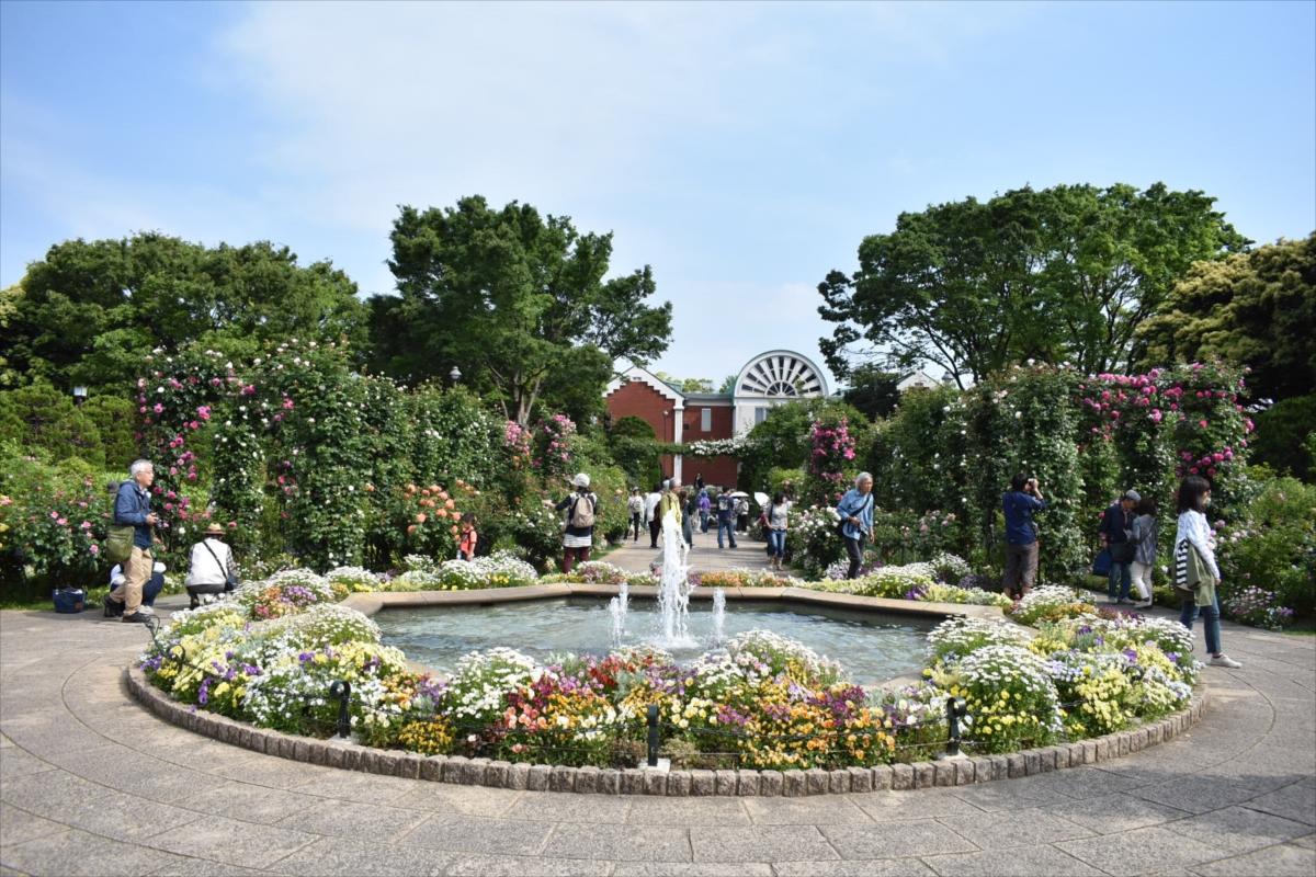 噴水の周りにはたくさんの花が咲き、訪れた人を楽しませていた