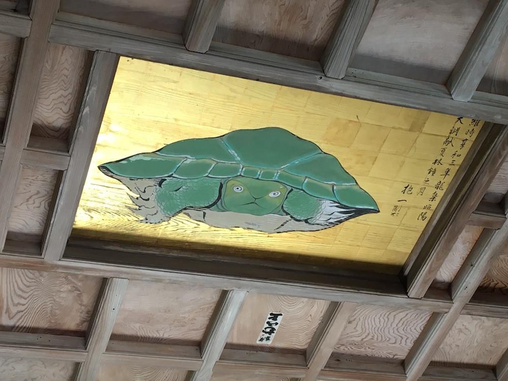 社殿の天井に描かれた、あらゆる厄災を祓うとされる「八方睨みの亀」