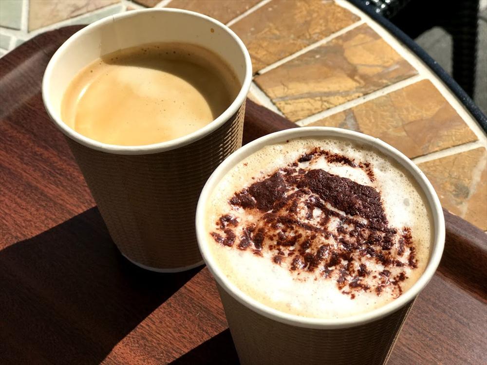 左:「有機コーヒー Sサイズ」300円(税込み)。 右:富士山と「SKYWALK」の文字アートがある「スカイウォークラテ」400円(税込み)