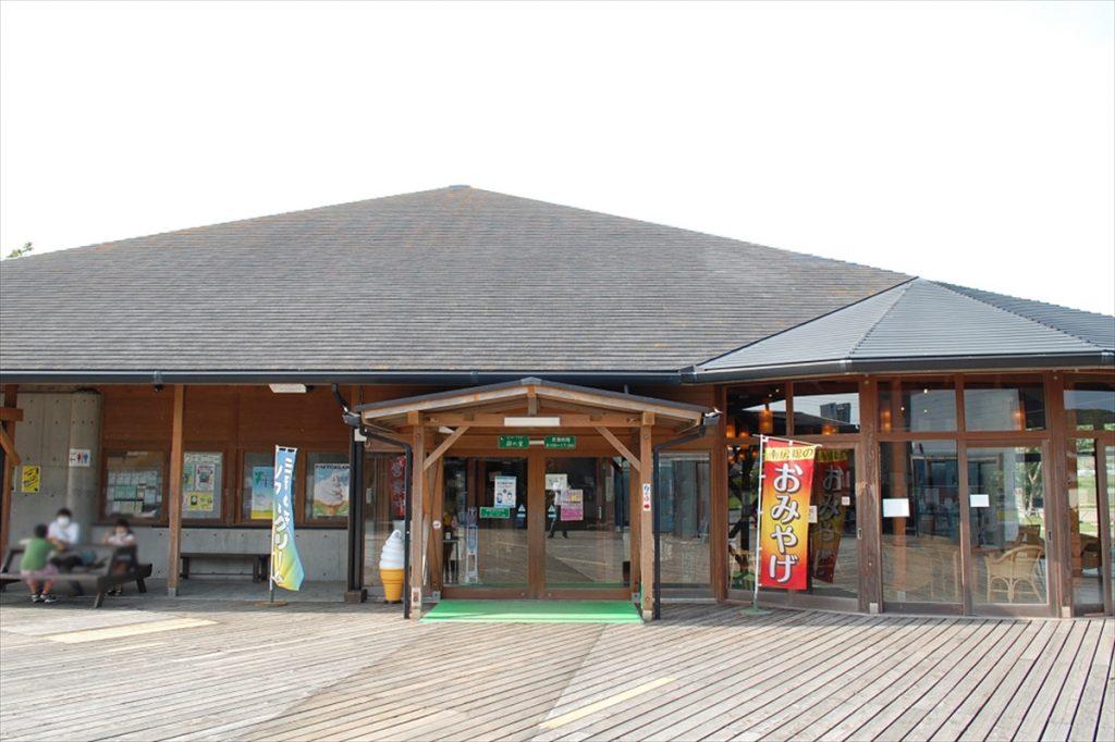 「三芳村 鄙の里」では牛乳をはじめとした乳製品や地産野菜のほか、ご当地ビールやお土産が購入できる