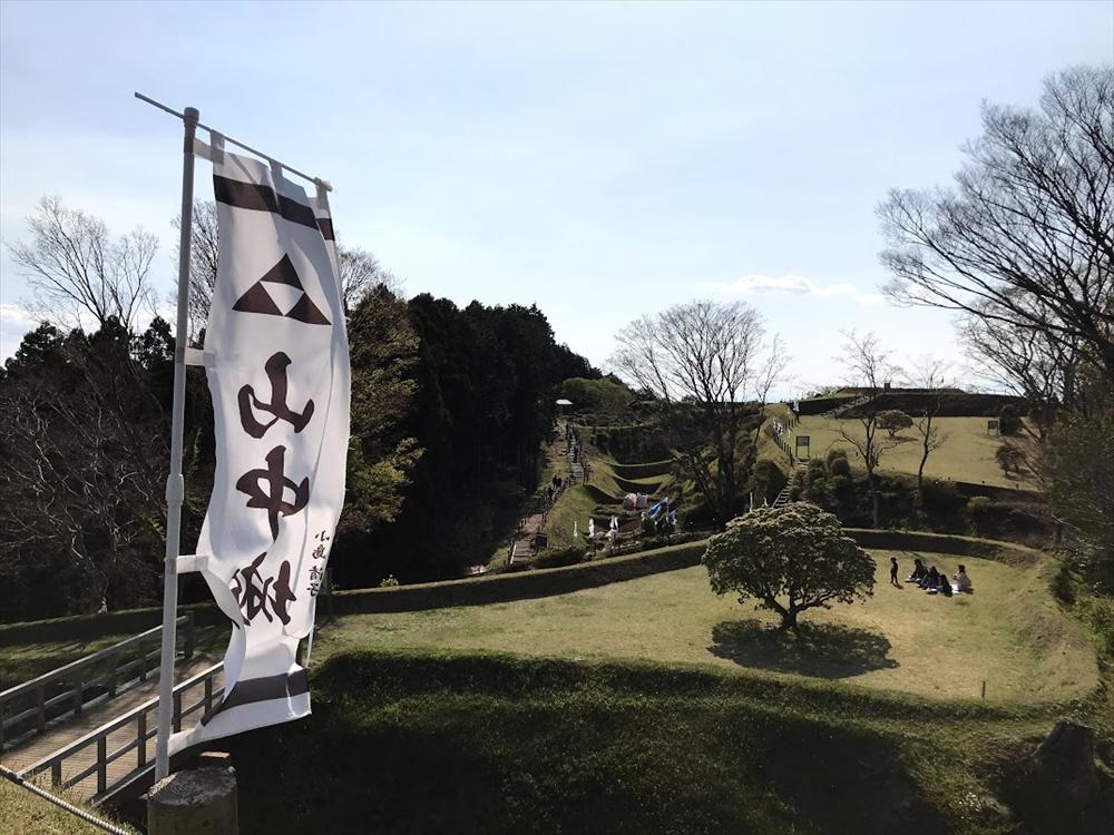 畝堀や障子堀の構造がひと目で分かるように土盛りと芝生で保護し整備されている  「山中城跡」