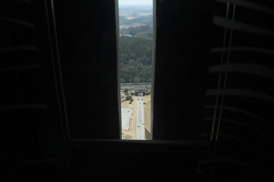 中央の窓から、歩いてきた参道が見える