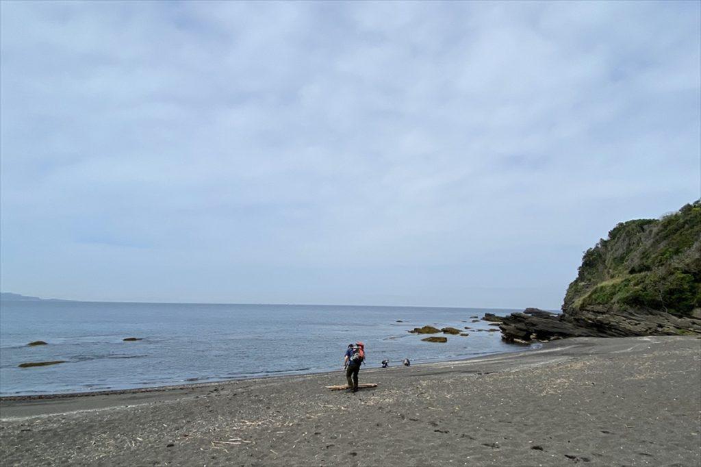あらかじめ裾をまくりやすいズボンを履いておくと、海に入る準備が楽になる