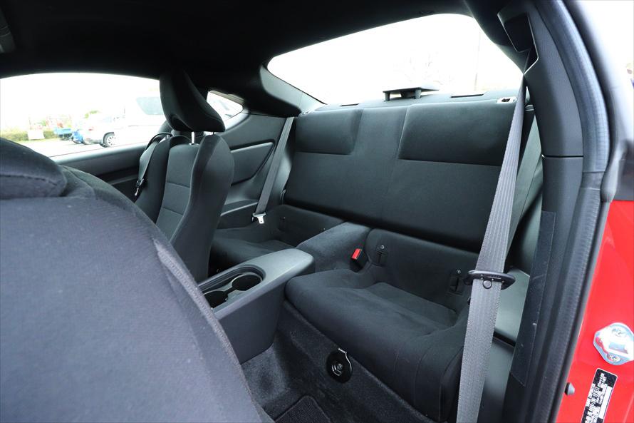 後ろの席もある4人乗りだが、頭上も足元も狭く、大人が乗るのは難しい
