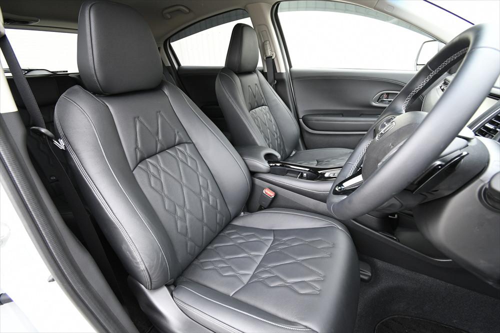 キルティングデザインの本革シートが上級車種のような雰囲気を演出している