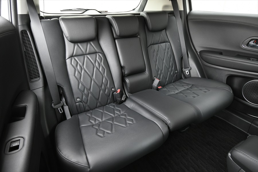 後ろの席はコンパクトSUVながら足元も広々としていてゆったり座れる