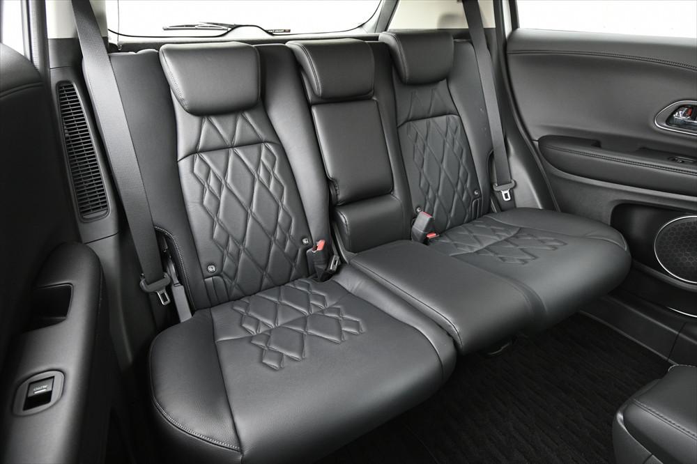 後席も足元が広く、大人4人でのドライブも快適