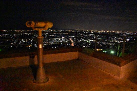 望遠鏡を覗けば、また違った夜景が見られる
