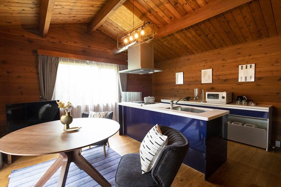 グランテラスはキッチンやリビングが設けられており、グループによる長期滞在にも対応している (画像提供:リソルの森)
