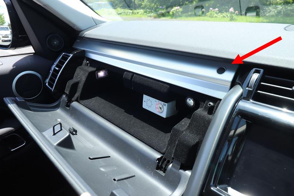 キーボックスはインストルメントパネル上段の収納にあり、ボタンを押して開ける