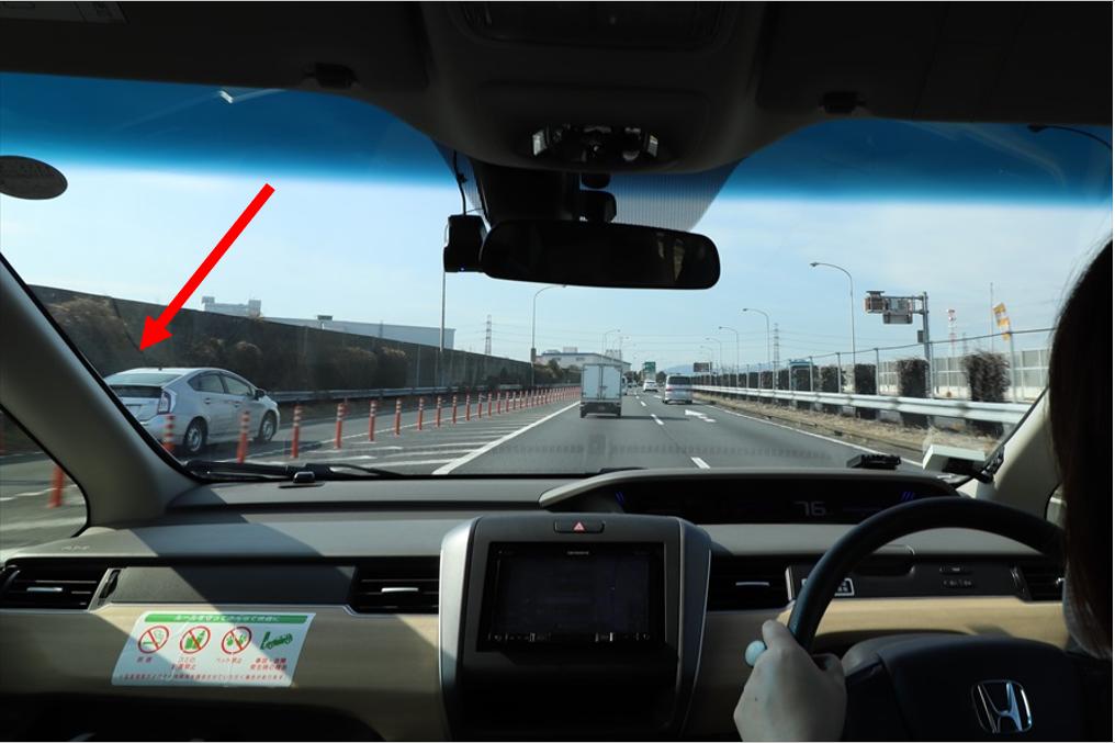 同じスピードで並走すると合流できないので、必ず前か後ろになるように調整する