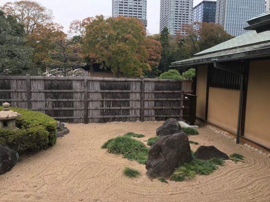 出口には小さな日本庭園があります