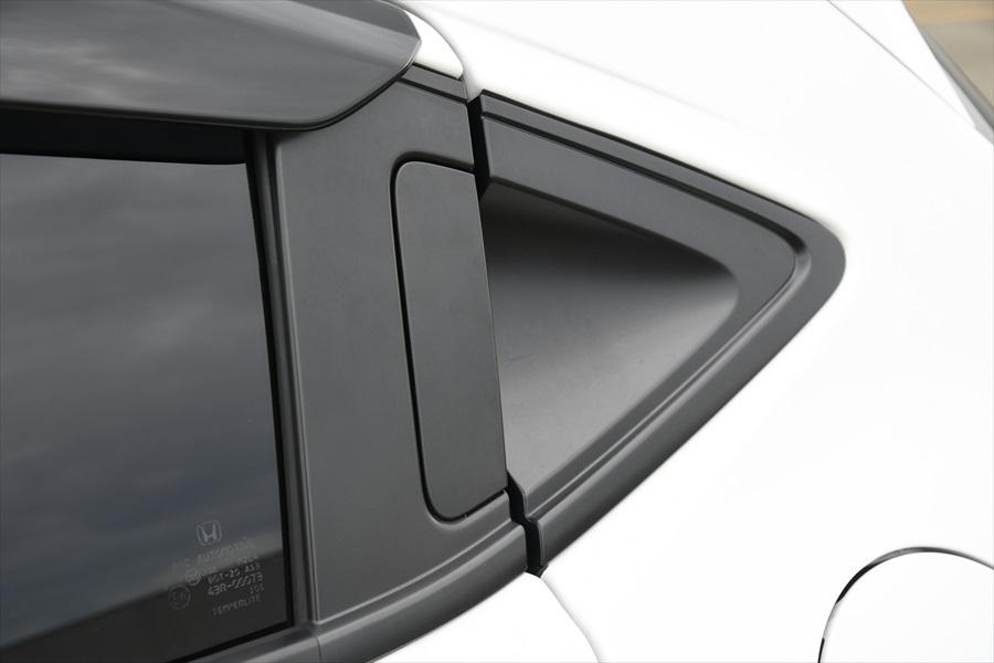 後ろのドアのノブはサッシュに溶け込むような目立たないデザイン