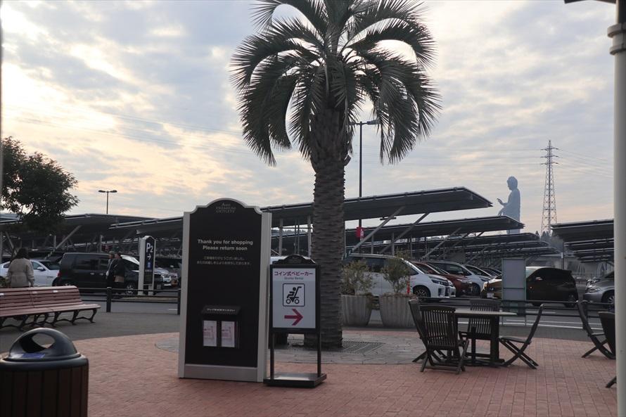 アウトレットモールの駐車場からも大仏の雄大な姿が見える