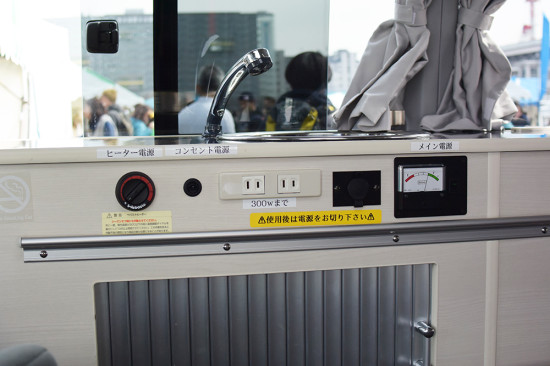 車内には、給水タンク式の水道の他、冷蔵庫、ヒーター、コンセントが揃う
