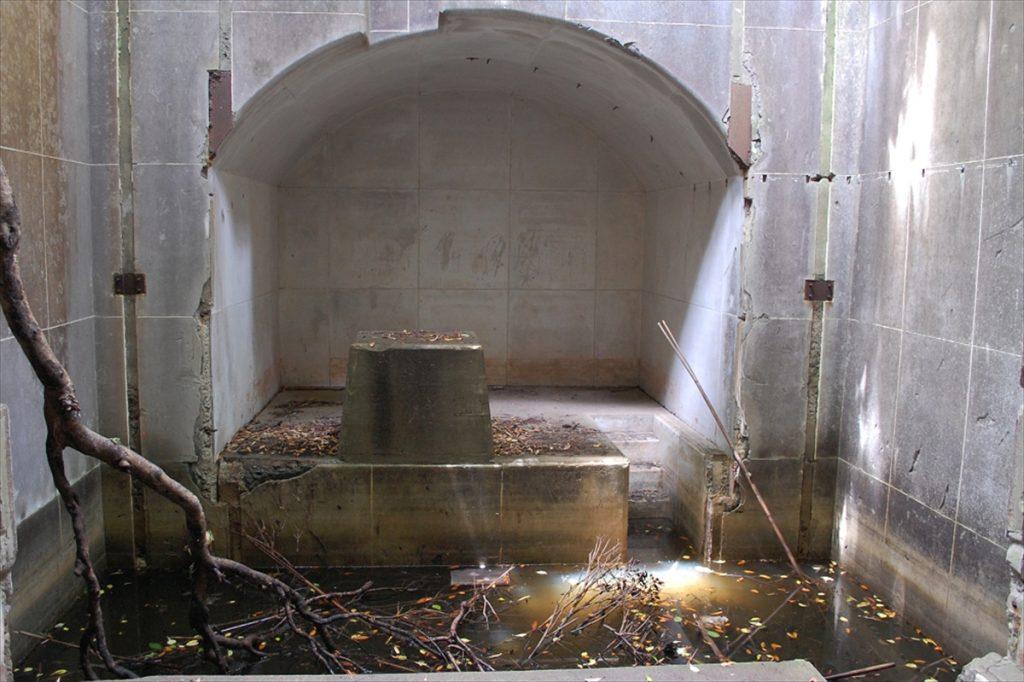敷地内には第二次世界大戦で使用された軍事遺構が点在し、この地が辿った歴史を垣間見られる