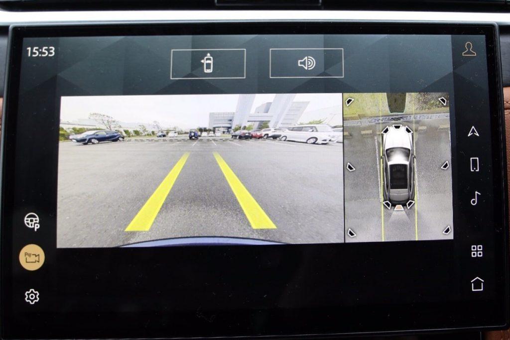 バックモニターだけでなく、上方から俯瞰した映像も見られるため、駐車時は心強い