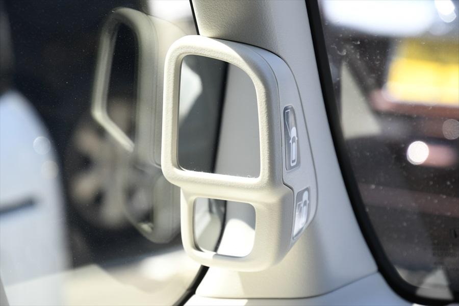 助手席にはサイドビューサポートミラーがあり、助手席側の前方と側方下部の死角をサポート