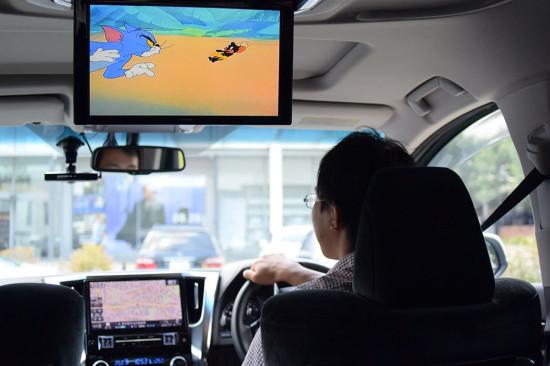 アルパイン仕様車なら大画面でDVDなどを見ながらドライブできる