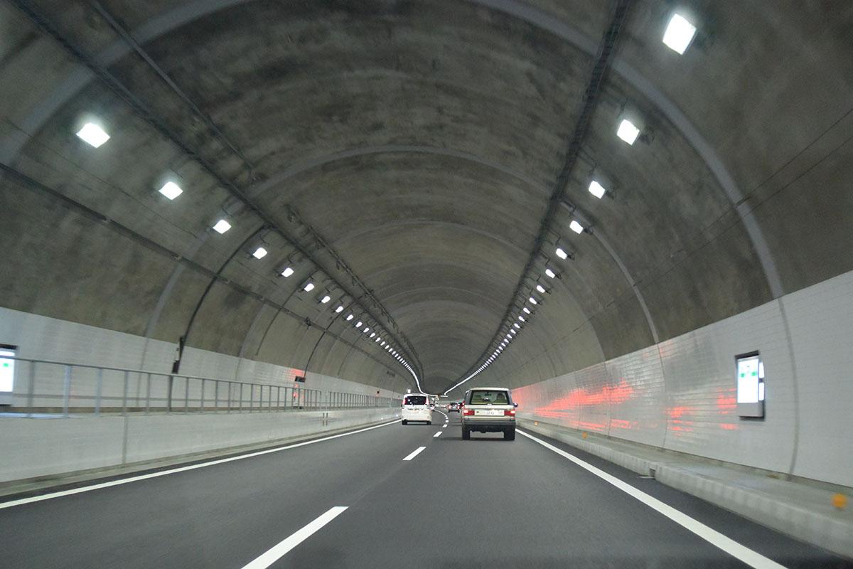 トンネルや空いている道はスピードが上がりがち